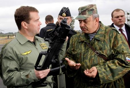Primeiro-ministro russo Dmítri Medvedev conferiu pessoalmente as características básicas da metralhadora anfíbia Foto: AP