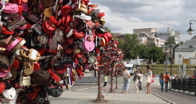 Transeuntes amarram fitas e cadeados na ponte Lujkov, em Moscou, na esperança de encontrar a sua alma gêmea Foto: Lori / Legion Mídia