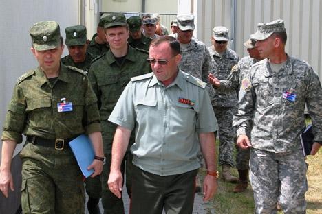 Vladímir Popov (centro), vice-comandante das Forças Terrestres da Rússia, observou os exercícios conjuntos em Auerbach Foto: U.S. Army Europe/flickr.com