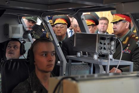 No final de julho passado, o ministro da Defesa russo Serguêi Choigu (dir.) visitou uma exposição de novos modelos de armas no campo de provas de Rjevka, nos arredores de São Petersburgo Foto: Kommersant