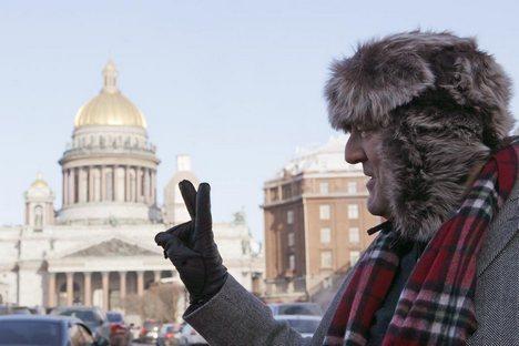Ator e escritor Stephen Fry em frente à Catedral de São Isaac, em São Petersburgo Foto: RIA Nóvosti