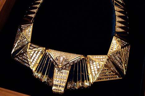 """Em 1996, o colar Esfinge de Gizé, de Elena Opaleva, ganhou o """"Diamonds International Awards"""", uma espécie de Oscar da joalheira mundial Foto: Press Photo"""