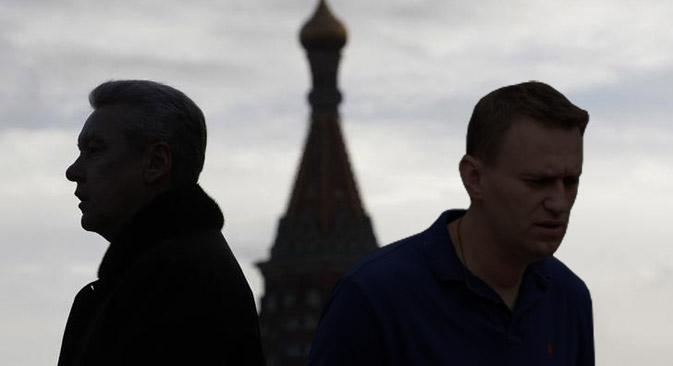 Aleksêi Naválni (dir.) publicou uma série de materiais revelando irregularidades cometidas por seu principal concorrente, Serguêi Sobianin (esq.) Foto: Reuters / Colagem da Gazeta Russa