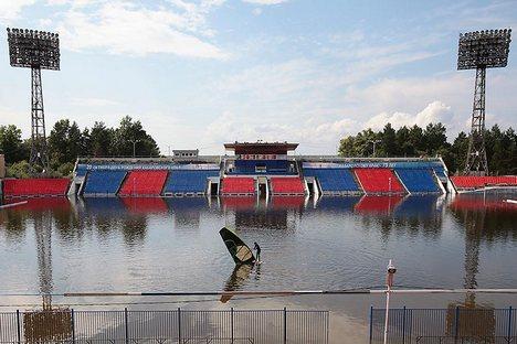 Homem tenta se locomover dentro do estádio Lênin, sede do clube de futebol local SKA-Energuia Foto: Reuters