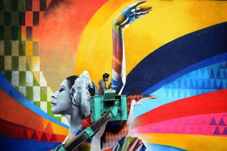 Artista dá últimos retoques no enorme mural de um edifício no centro de Moscou Foto: AFP / East News