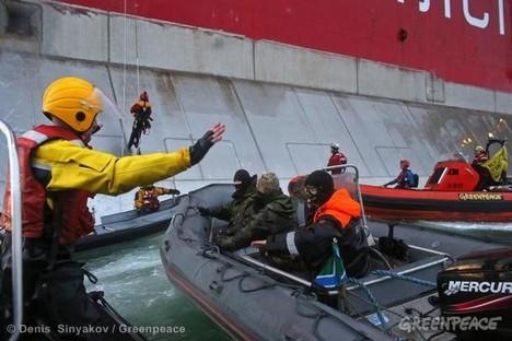 """Os guardas de fronteira russos apreenderam o """"Arctic Sunrise"""" e todos a bordo, incluindo a tripulação, um fotojornalista e um cinegrafista Foto: site oficial do Greenpeace"""