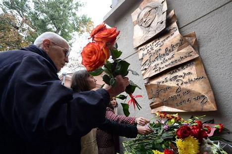 Parentes e ex-chefe de Politkovskaia estiveram presentes na inauguração da placa em Moscou Foto: RIA Nóvosti