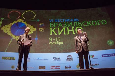 O embaixador brasileiro na Rússia, Fernando Barreto (dir.), fez um discurso na abertura do festival de cinema brasileiro em Moscou Foto: Anton Gontcharenko / Geometria.ru