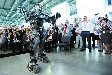 Um robô em ação durante feira tecnológica Innoprom 2013, na Rússia central Foto: RIA Nóvosti