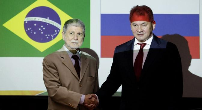 Amorim (esq.) e Choigu (dir.) concordaram em elaborar  tratado internacional para proteção das redes de informação  Foto: AP