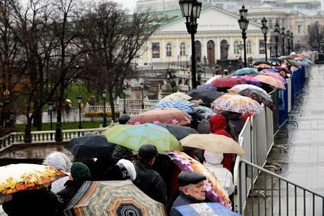 Visitantes enfrentam fila imensa e chuva para ver de perto raridades da exposição sobre os Romanov Foto: AFP/East News