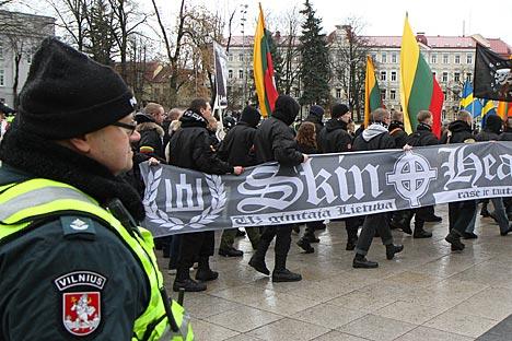 Governo da Estônia decidiu retirar o monumento ao soldado soviético do centro de Tallinn, provocando uma revolta da minoria russa e uma série de graves ataques cibernéticos Foto: AFP / East News