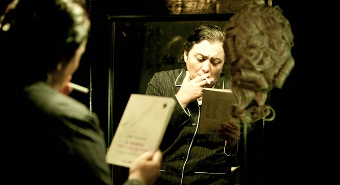 A atriz Cácia Goulart interpreta Ivan Ilitch no monólogo baseado em romance de Tolstói Foto: divulgação