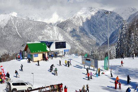 O microclima da Krásnaia Poliana, onde acontecerão as competições, é de tal modo único que permite formar nas encostas da serra a cobertura de neve ideal para a prática do esqui Foto: Lori / Legion Media