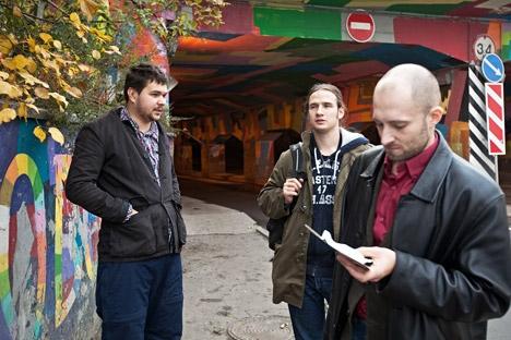 Mélnikov (esq.) finge ser morador de rua para atrair atenção dos prospectores de escravos Foto: Kommersant