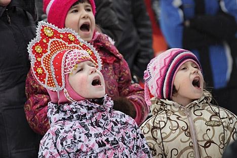 Após as ceias de final de ano e Natal ortodoxo, tradição manda soltar a voz