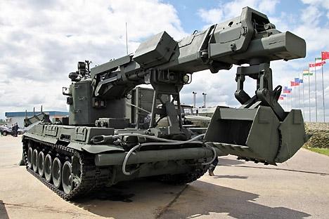 Um conjunto de equipamento adicional faz com que o TMK-2 seja também usado na manutenção de estradas e como limpa-neves Foto: Vitaly V. Kuzmin / wikipedia.org