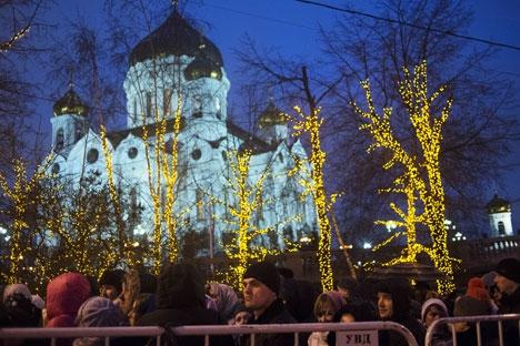 Mais de cem mil pessoas fizeram filas em frente à Catedral de Cristo Salvador, em Moscou Foto: Dária Kozireva