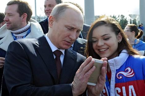 Adelina Sótnikova (dir.) e presidente da Rússia Vladímir Pútin (esq.) Foto: Michael Klimentiev/RIA Nóvosti
