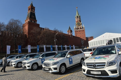 Medvedev distribuiu as chaves pessoalmente em cerimônia próxima à Praça Vermelha Foto: RIA Nóvosti
