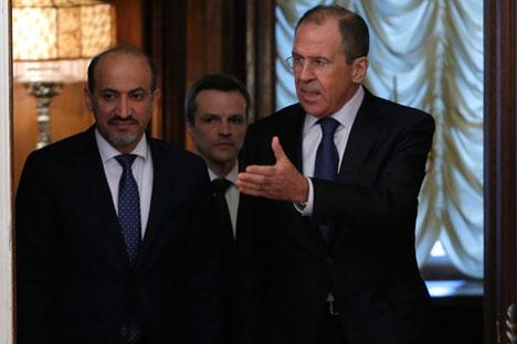 Reunião entre Serguêi Lavrov (esq.) e Yarba Ahmed (dir.) em Moscou Foto: Reuters