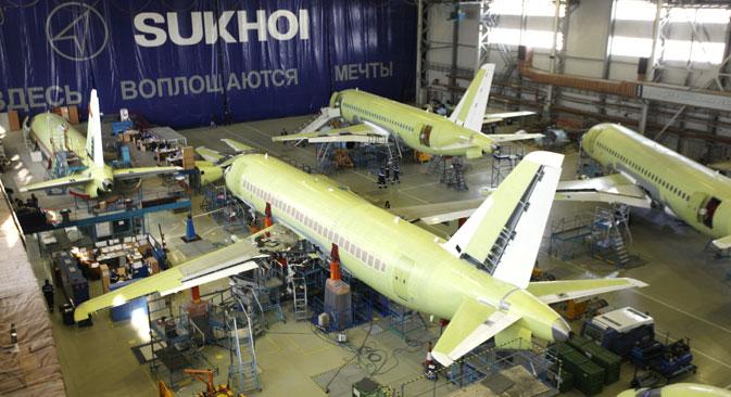 Para cumprir a meta, Sukhôi deverá fabricar pelo menos três aviões civis por mês Foto: ITAR-TASS