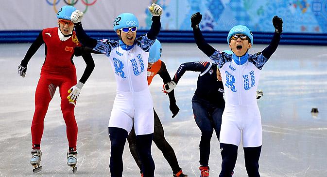 Equipe russa de patinação de velocidade em pista curta levou o ouro e a prata pela primeira vez na história das Olimpíadas de Inverno Foto: Vladímir Pesnia
