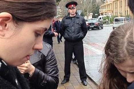 Pussy Riot alega que polícia usou força para detê-las injustamente Foto: gruppa_voina / twitter.com
