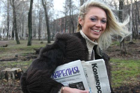 Além de entregar cartas, funcionários dos correios na Rússia trocam confidências e ajudam idosos solitários Foto: PhotoXpress