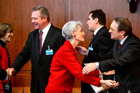 Vice-chanceler russo Gennady Gatilov(esq.), secretário de Estado adjunto Wendy Sherman (centro), vice-chanceler russo Mikhail Bogdanov (dir.) Foto: Reuters