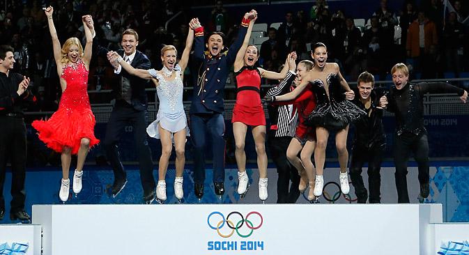"""Na dança por pares, a dupla Ilinikh-Katsalap ficou em terceiro lugar. Pluchenko agradeceu o apoio dos fãs e adiantou que """"as competições de patinação artística por equipes têm futuro"""" Foto: Reuters"""