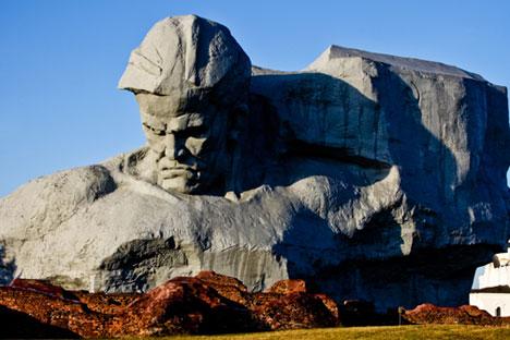 """CNN pediu desculpas por incluir a escultura Coragem, na cidade bielorrussa de Brest, em uma lista de """"monumentos mais feios do mundo"""" Foto: Lori / Legion Media"""
