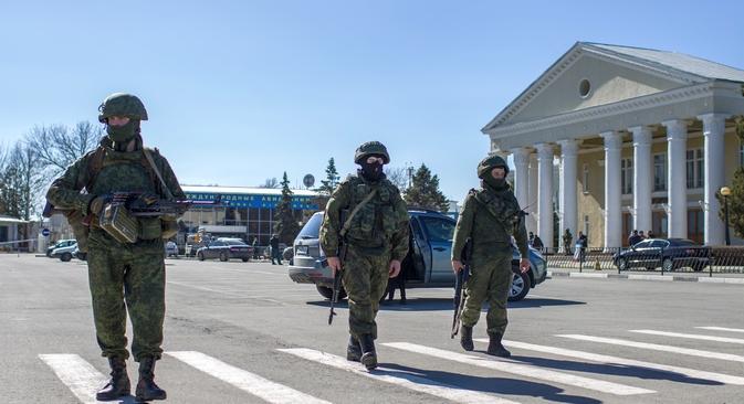 Milhares de soldados, aparentemente sob o comando russo, tomaram o controle das bases militares ucranianas por toda a Crimeia na semana passada Foto: Serguêi Savostianov/RG