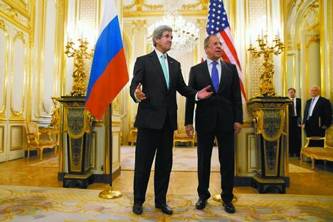 Importância da questão ucraniana é tanta que Kerry (esq.) desviou rota de voo para encontrar Lavrov (dir.) e discuti-la Foto: AP