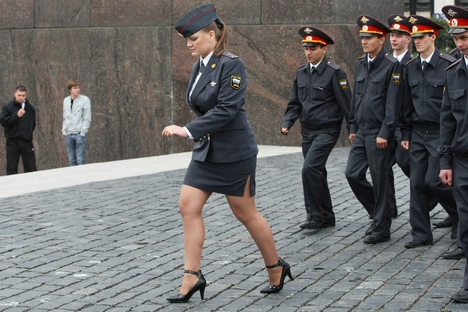 Saias e salto alto fazem parte do uniforme da polícia feminina na Rússia Foto: PhotoXPress