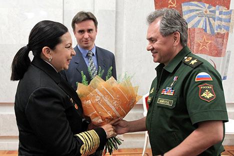 Na última sexta-feira (30), o ministro da Defesa da Rússia, Serguêi Choigu (dir.), recebeu a ministra do Poder Popular para a Defesa da Venezuela, almirante-chefe Carmen Teresa Meléndez Rivas (esq.) Foto: mil.ru