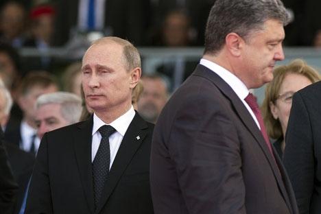 Durante o encontro, Pútin (esq.) e o presidente ucraniano recém-eleito, Petrô Porochenko, reuniram-se pela primeira vez Foto: RIA Nóvosti