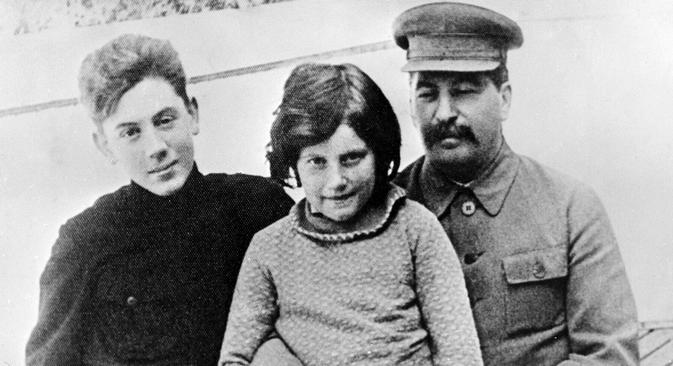 Svetlana Alliluieva (centro) foi única filha de Iossif Stálin (dir.) Foto: RIA Nóvosti
