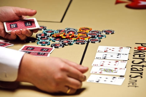 """A classificação formal do pôquer como jogo de azar não impediu os russos de jogarem nas numerosas plataformas de jogo estrangeiras, nas chamadas """"salas de pôquer"""" Foto: ITAR-TASS"""
