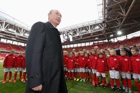 Bola de futebol assinada por Pútin ficará exposta no museu do clube Foto: Reuters