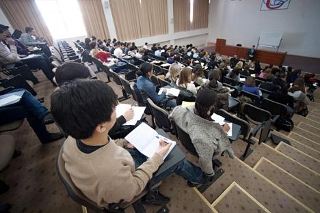 A lei que permite aos estudantes estrangeiros combinar os estudos universitários com um trabalho foi aprovada especialmente para permitir aos alunos uma integração mais fácil na economia do país Foto: ITAR-TASS