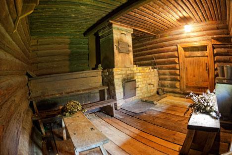 Um terço do espaço é ocupado por um forno que aquece pedras localizadas na parte de cima, que por sua vez aquecem os quartos Foto: Lori/Legion Media