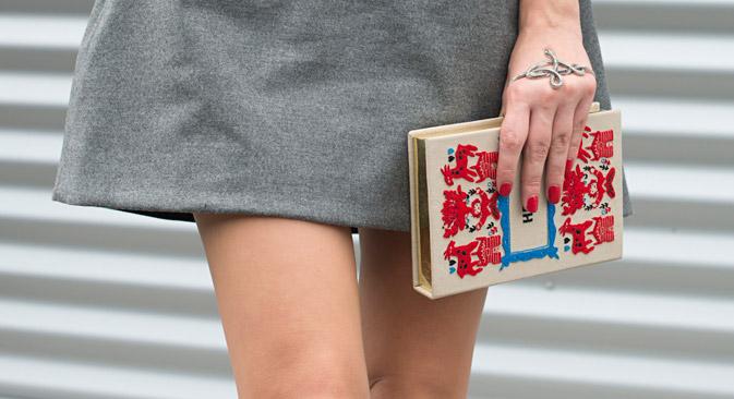 Ás bolsas de mão são usadas pelas senhoras sofisticadas ou por garotas muito badaladas em clubes noturnos Foto: Getty Images/Fotobank