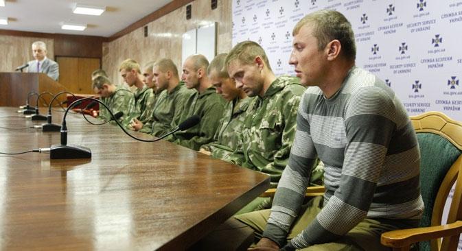 Durante o interrogatório, os soldados aerotransportadores russos disseram que não sabiam como acabaram no território da Ucrânia Foto: Reuters
