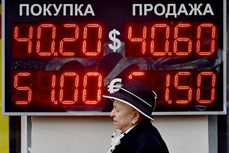 Em resposta à queda da moeda nacional, os russos começaram a sacar os seus depósitos Foto: AFP/East News