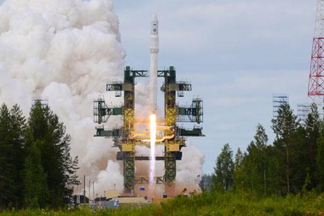 Peças de foguetes atingem o chão a uma velocidade supersônica Foto: TASS