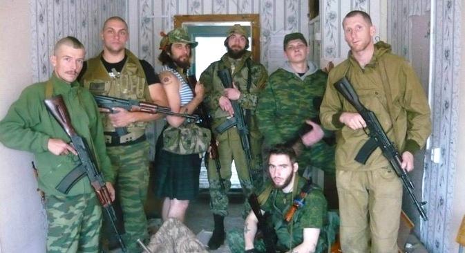 """Brasileiro conhecido pelo codinome """"Cachaça"""" (na foto, vestindo saia escocesa) luta, ao lado de outros estrangeiros, a favor dos separatistas. Foto: arquivo pessoal"""