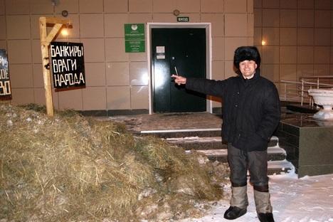 Ação ocorrida na madrugada desta sexta-feira foi modo que fazendeiro encontrou de expressar insatisfação com política da instituição quanto a produtores rurais Foto: pro-sibir.org