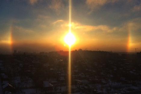 """A ilusão de ótica, causada pelo reflexo de cristais de gelo no céu de inverno, propiciou uma """"visão tripla"""" do Sol Foto: Katerindra / Instagram"""
