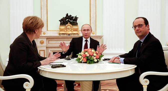 Na última sexta-feira (6), a chanceler alemã Angela Merkel (esq.) e o presidente francês François Hollande (dir.) estiveram na capital russa para conversações com seu homólogo, Vladímir Pútin Foto: Reuters